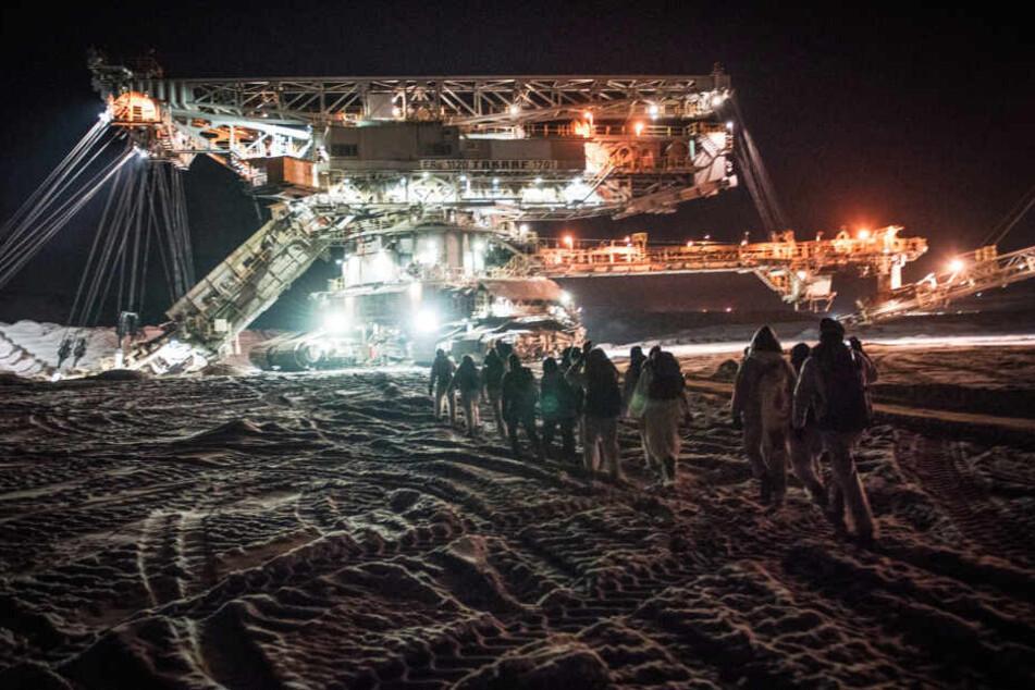 Darüber hinaus seien Blockaden im Leipziger Revier geplant. Bereits im Februar hatten Umweltaktivisten einen Braunkohle-Bagger im Tagebau Vereinigtes Schleenhain besetzt. (Archivbild)