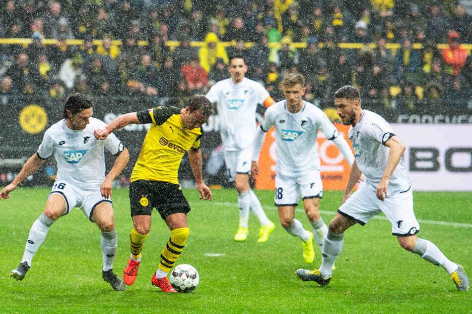 Dortmunds Mario Götze (Zweiter von links) verhinderte durch seine Abseitsstellung ein frühes 1:0 für den BVB, traf aber bei teils ekligem Wetter zum 2:0 kurz vor der Pause.
