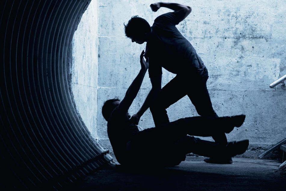 Der Unbekannte schlug seine beiden Opfer zu Boden und verletzte sie im Gesicht. (Symbolbild)