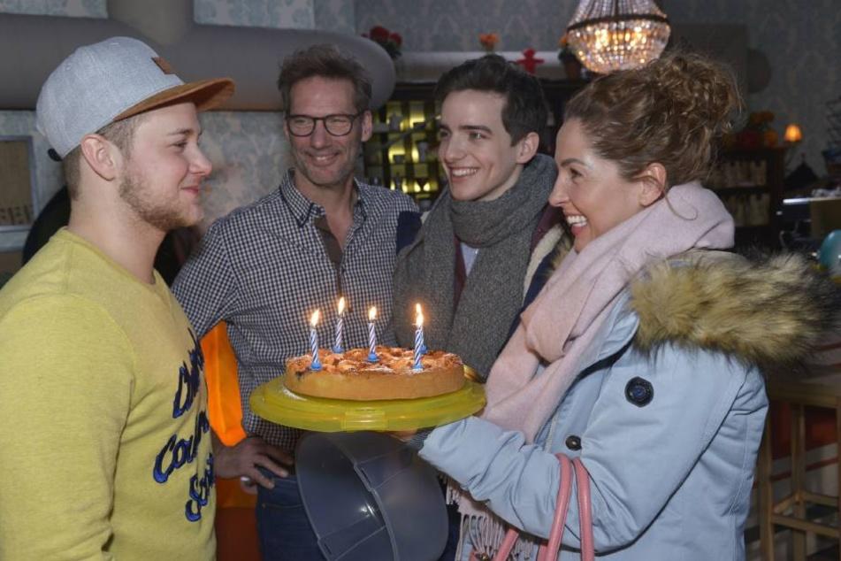 """Ein Kuchen und erstmals ein """"Happy Birthday""""-Ständchen gab's für Geburtstagskind Jonas (l.)"""