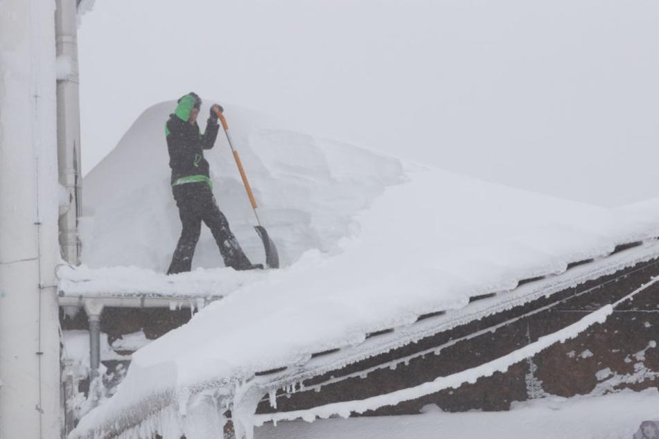 Fichtelberg: Dächer müssen von der Schneelast befreit werden, und Zufahrten mit schwerem Gerät geräumt werden.