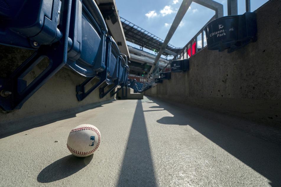 Ein Ball, der auf die Tribüne geschlagen wurde, ist auf dem Boden eines leeren Stadions zu sehen.