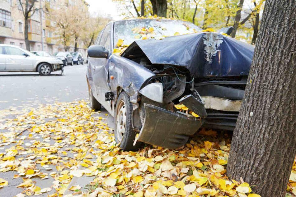 Mit dem geklauten Wagen krachte der Mann gegen einen Baum und verletzte sich schwer. (Symbolbild)