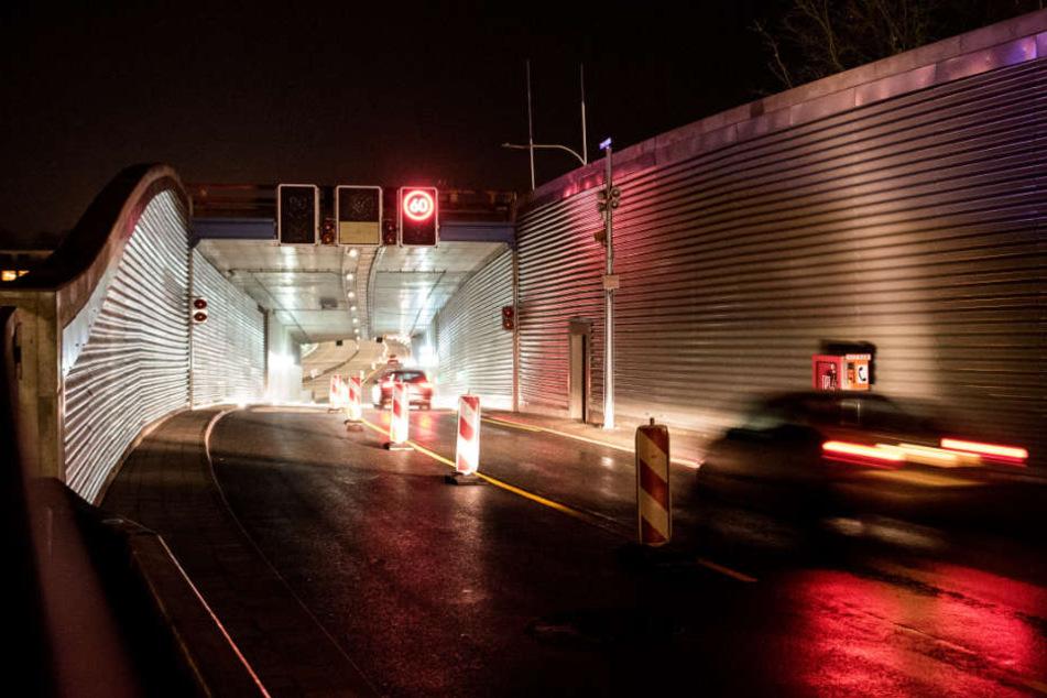 Nach zwei Jahren Bauzeit sind am Montagmorgen die ersten Fahrzeuge durch den neuen Lärmschutztunnel auf der A7 gefahren.