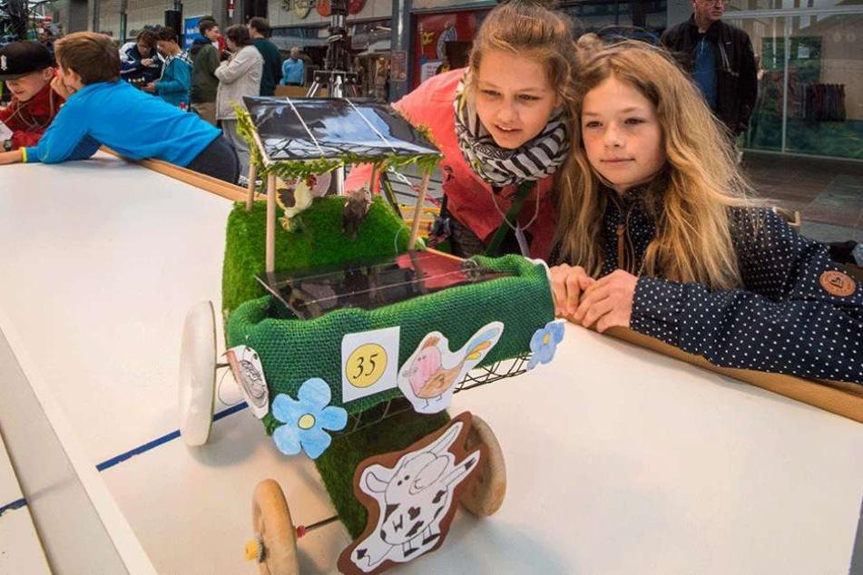 Angelina Böttger und Maja Hensge (beide 12) zeigen ihren Solar-Traktor.