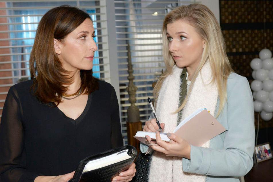Katrin spricht mit der Auszubildenden Brenda.