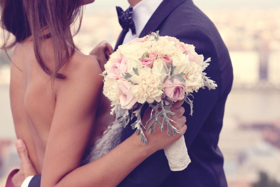 Als sich das Brautpaar küsste, passiert es! (Symbolbild)
