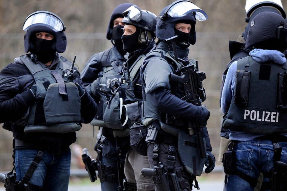"""Ein SEK der Bonner Polizei verschaffte sich Zugang zum Vereins-Heim des """"Junggesellen-Clubs"""" in einer Schrebergarten-Anlage in Hennef (Symbolbild)."""