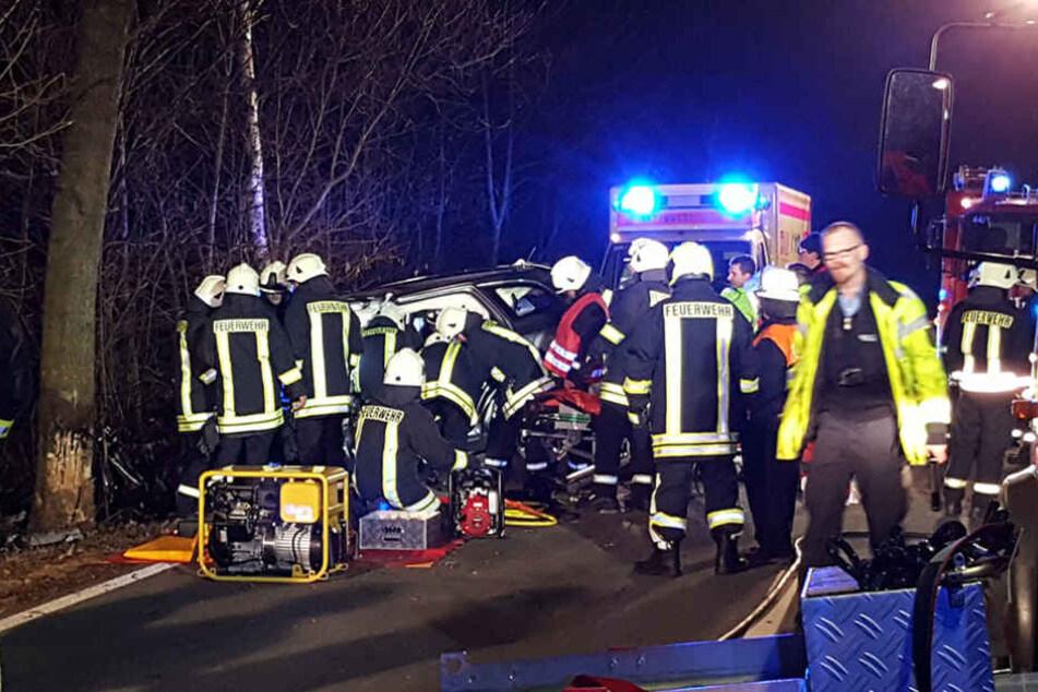 Der Mann (54) wurde im Wagen eingeklemmt, musste von der Feuerwehr befreit werden.
