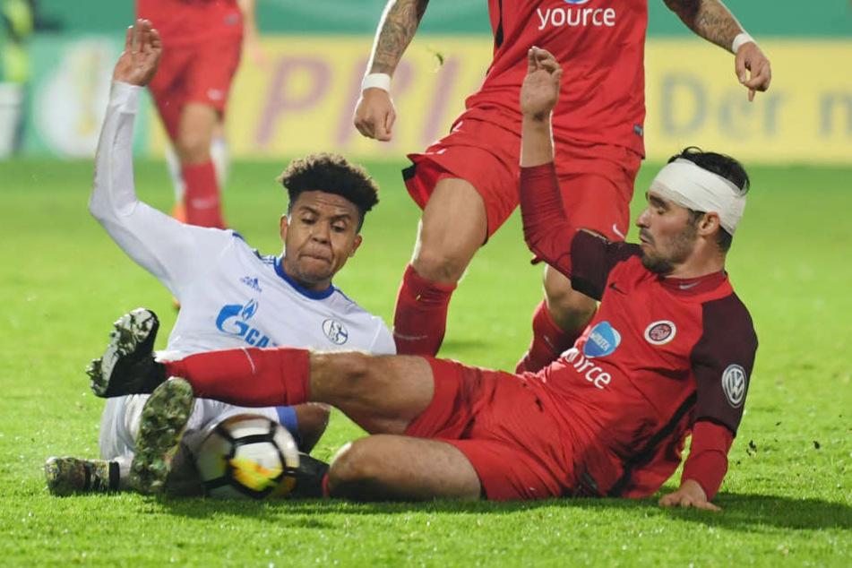 Sascha Mockenhaupt (rechts) am Boden gegen  Schalkes Weston McKennie.