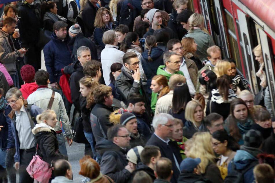 Zahlreiche Pendler wollen in eine S-Bahn am Hamburger Hauptbahnhof. (Archivbild)
