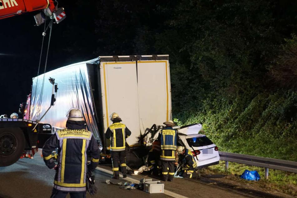 Der Lkw musste mit zwei Autokränen angehoben werden, um das Auto darunter bergen zu können.