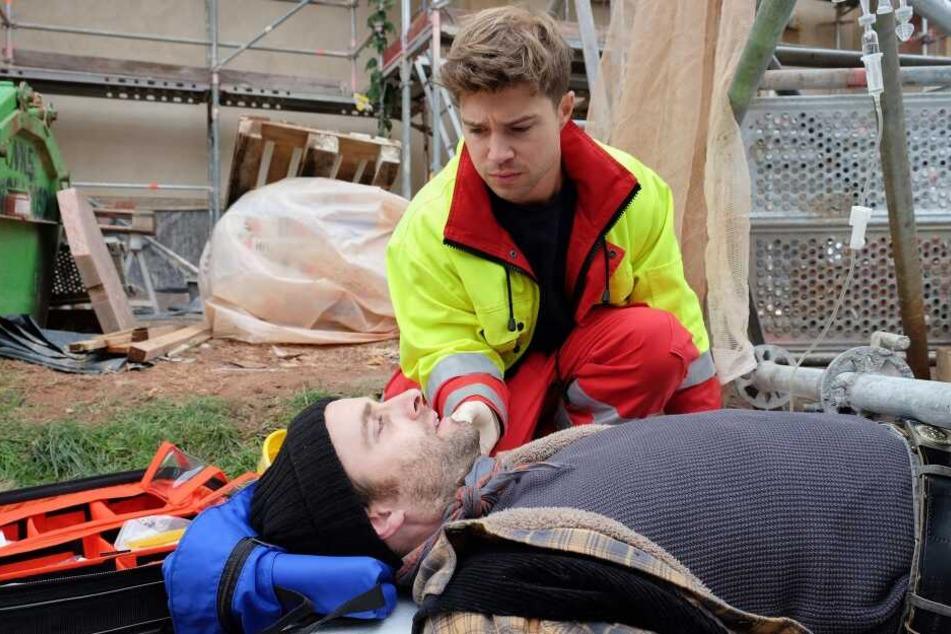 Pfleger Kris Haas wird als Sanitäter zu einem Arbeitsunfall gerufen. Er findet dort den unter einem umgestürzten Gerüst eingeklemmten Mario Hähnel vor. Nun zählt es: Macht Kris seinen Job als Sanitäter gut?