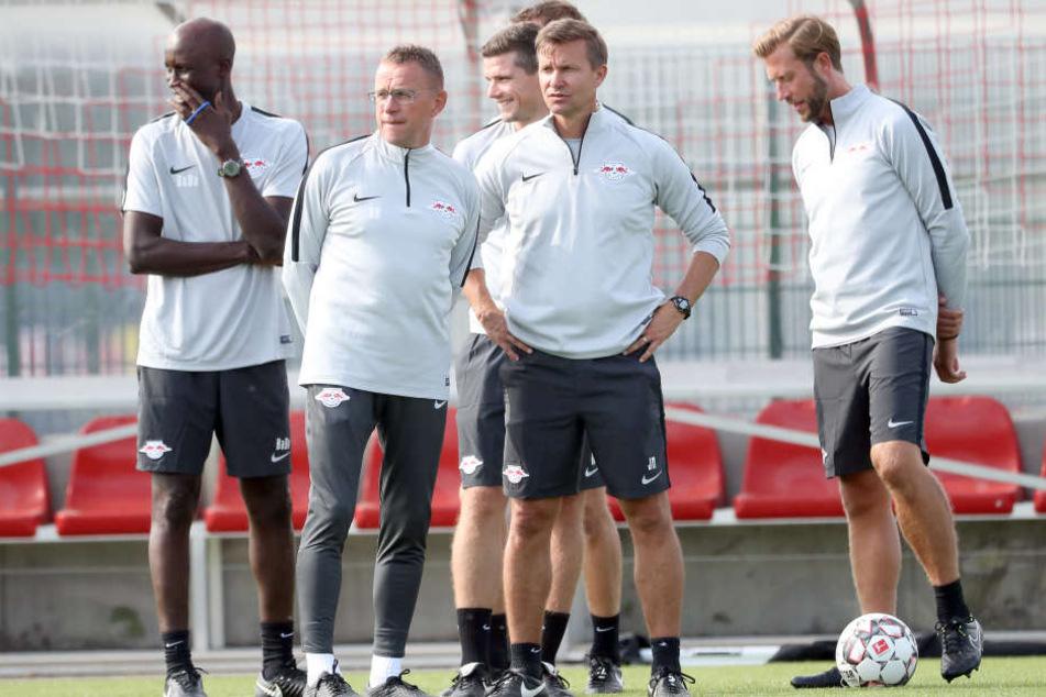 Da schaut das neue Trainergespann genau hin: Chefcoach Ralf Rangnick (2.v.l.) mit seinen neuen Co-Trainern Jesse Marsch (rechts daneben), Robert Klauß (dahinter) und Lars Kornetka (r.).