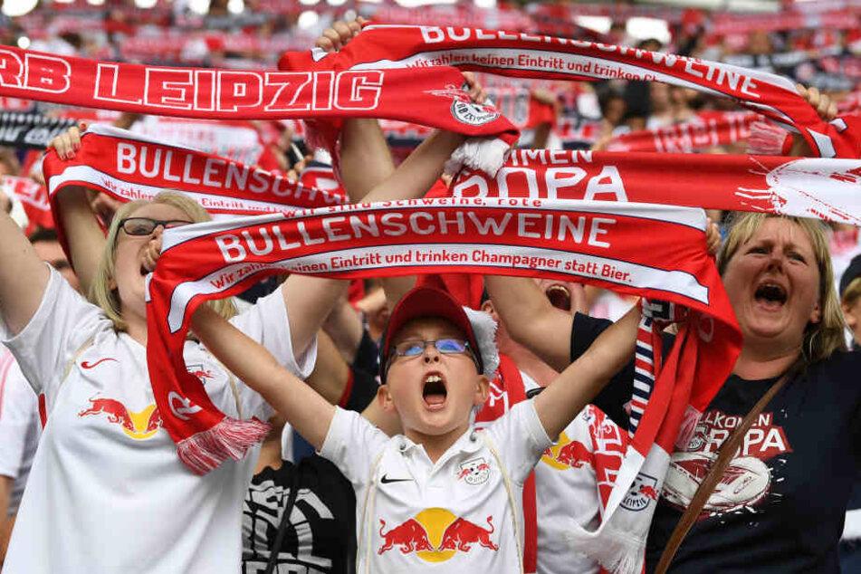 Die Fans von RB Leipzig dürfen sich schon über den ersten Titel freuen: Das Trikot ihrer Roten Bullen wurde zum besten aller 18 Bundesligisten gekürt.