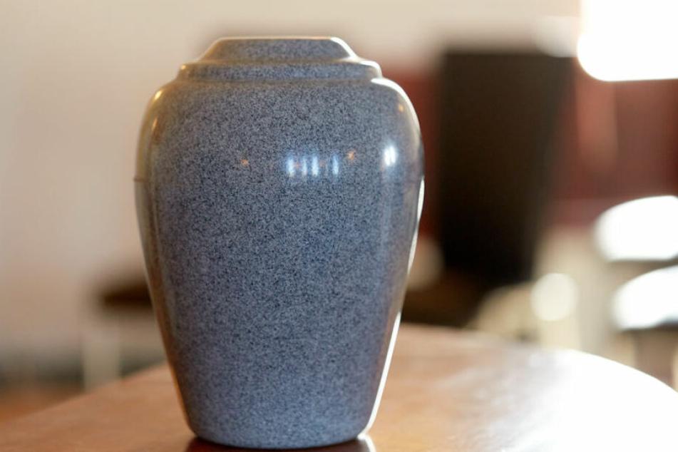 Die Asche einer verstorbenen Person gehört eigentlich in eine Urne. (Symbolbild)