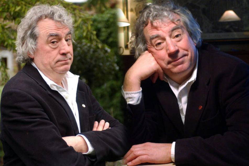 Der verstorbene Komiker Terry Jones, an einem Tisch sitzend (rechts).