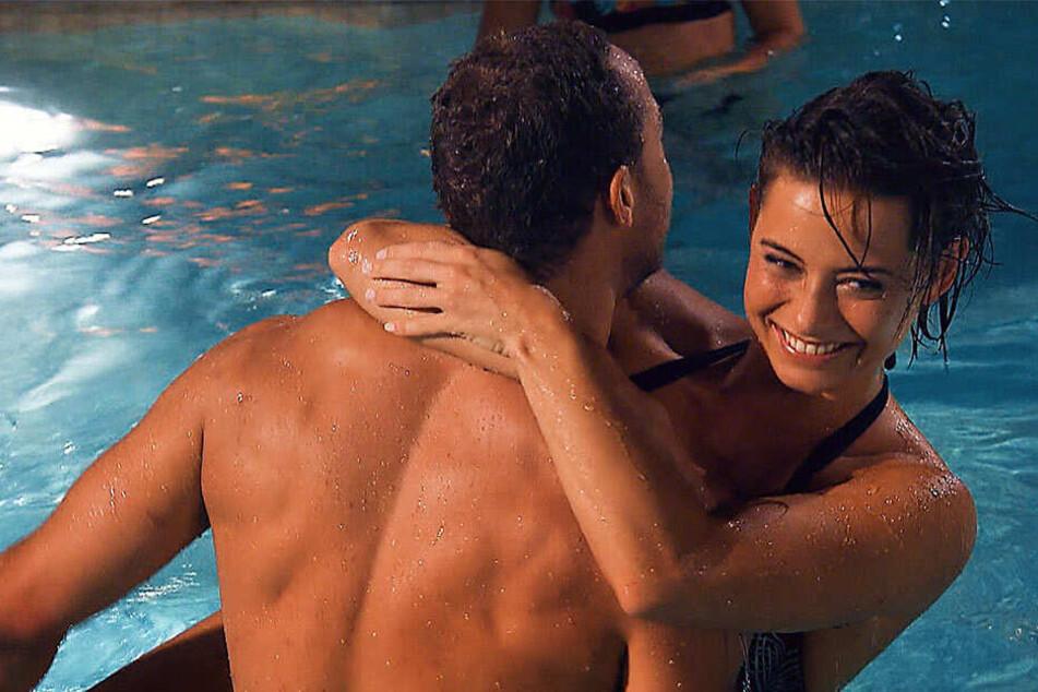 Auch Jennifer lässt bei der Poolparty nichts anbrennen.