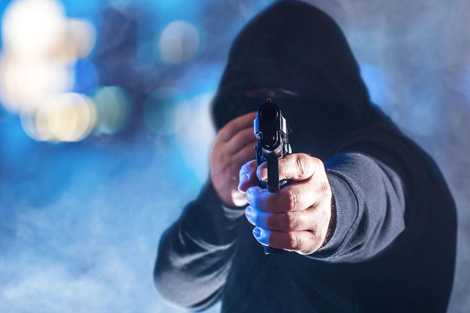 Mann bedroht Kassiererin mit Pistole und greift in die Kasse