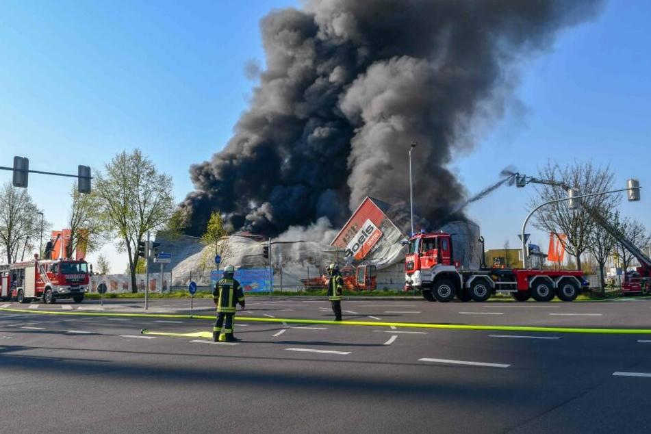 Über der Brandstelle stieg eine dicke schwarze Rauchsäule empor.
