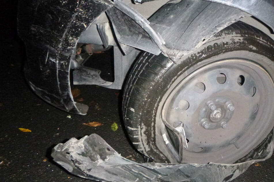 Dieses Foto der Polizei zeigt die schweren Schäden an dem Suzuki Swift.