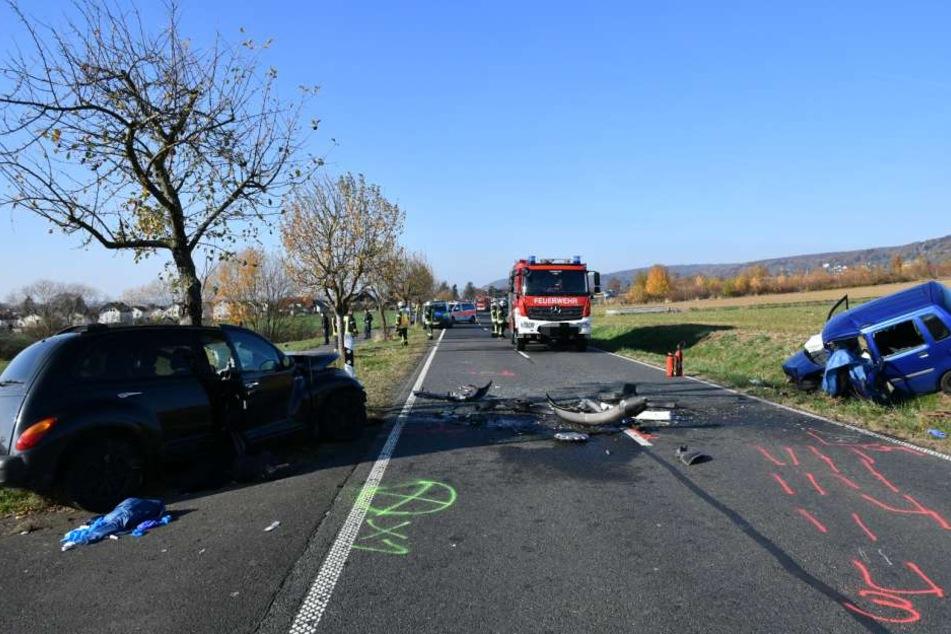 Die beiden Unfallwagen landeten neben der Fahrbahn.