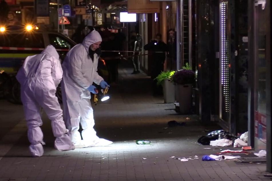 Beamte der Spurensicherung am Tatort vor einem Kiosk in Moers.