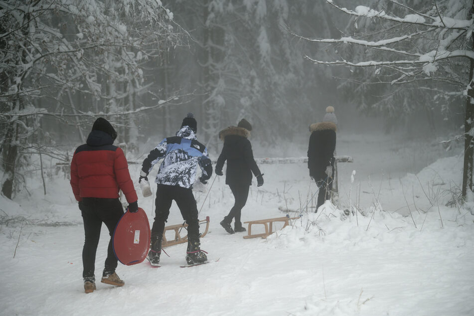 """Besucher im verschneiten Gebiet """"Weißer Stein"""" in der Eifel. Am Sonntag wurden Parkplätze für Besucher gesperrt."""