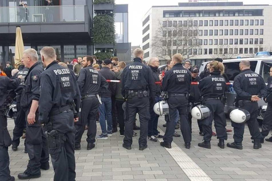 Zahlreiche Polizisten waren auf dem Kesselbrink im Einsatz.