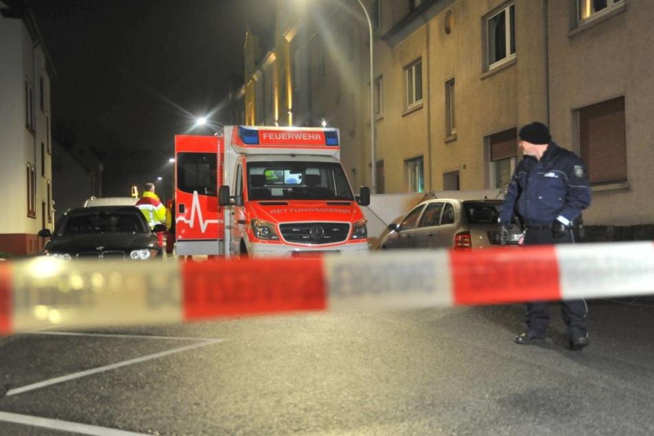 Am Tatort sperrte die Polizei das Umfeld ab, Sanitäter versuchten noch dem angeschossenen Mann zu helfen.