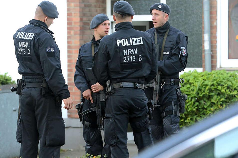 SEK, Einsatzhundertschaft und normale Polizisten beteiligen sich in der Razzia.