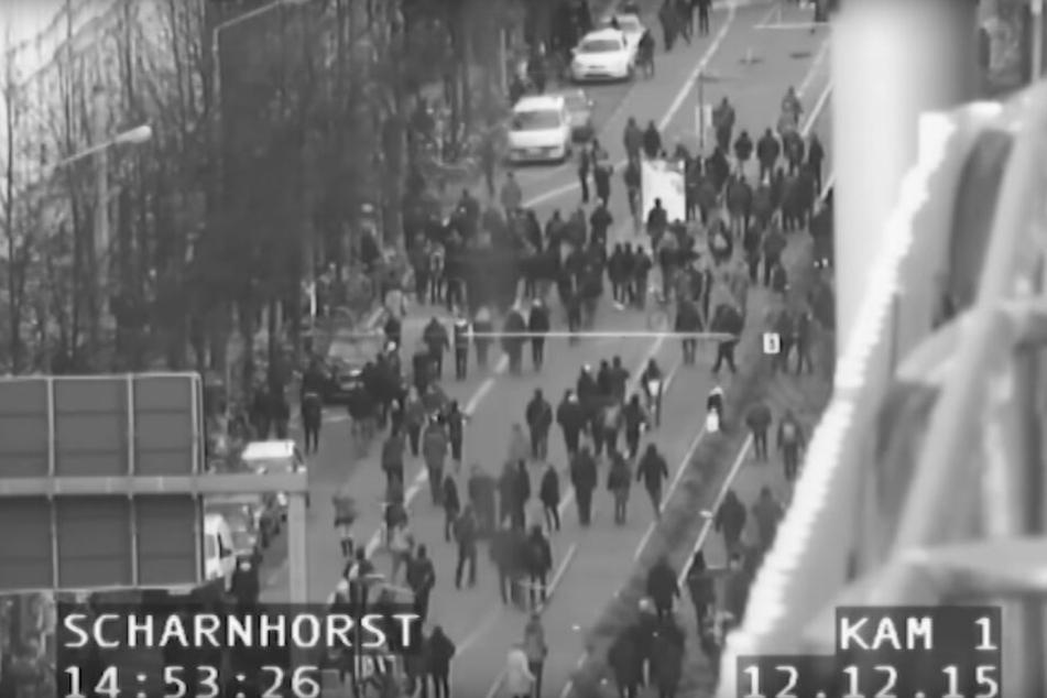 Diese Aufnahme einer stationären Polizeikamera dokumentiert, wie sich linke Extremisten in einer Seitenstraße zusammenrotten.