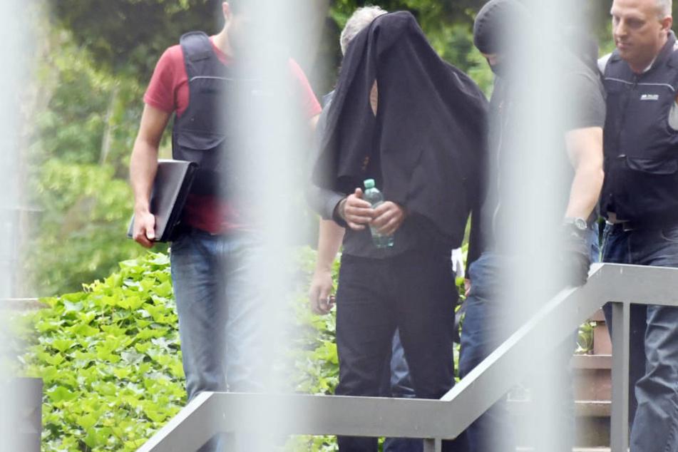 Ein Verdächtiger im Prozess um einen geplanten Terroranschlag in Düsseldorf wird am 2. Juni 2016 dem Haftrichter vorgeführt.