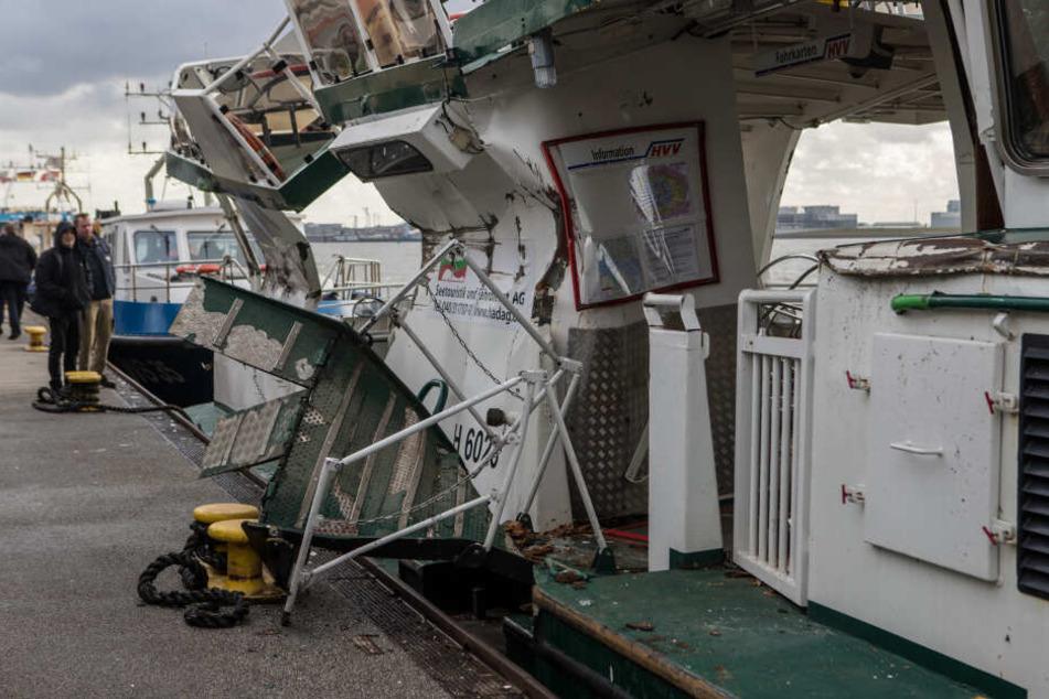 Die Fähre geriet unter den Frachter und wurde stark beschädigt.