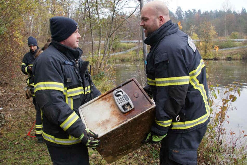 Dickes Ding: Diesen Tresor fischten die Einsatzkräfte aus dem Wasser.