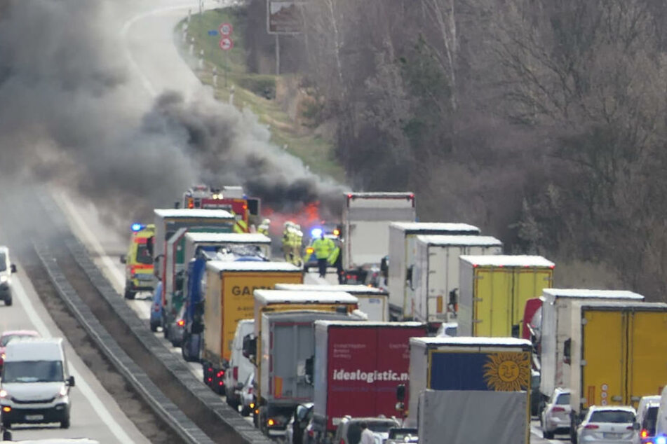 Feuer auf der Autobahn: Kurz vor der Muldenbrücke bildete sich am Dienstag ein langer Stau.