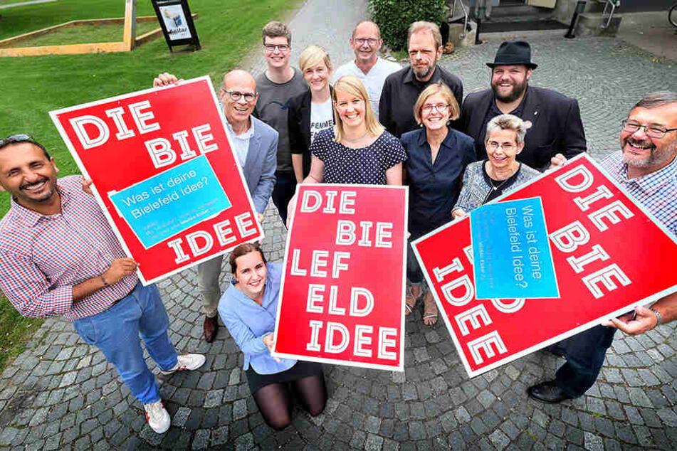 Wiebke Esdar (Mitte) präsentiert ihre Kampagne, um sie herum stehen die Helfer der Aktion.
