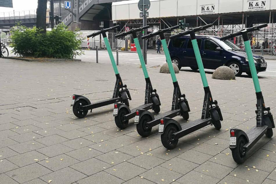 Mehrere E-Scooter stehen aufgereiht an der U3-Haltestelle Baumwall in Hamburg.