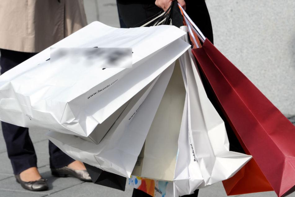 Gerade zur Weihnachtszeit sind die Geschäfte voll mit kauffreudigen Menschen. Doch der Online-Handel wird immer stärker. (Symbolbild)