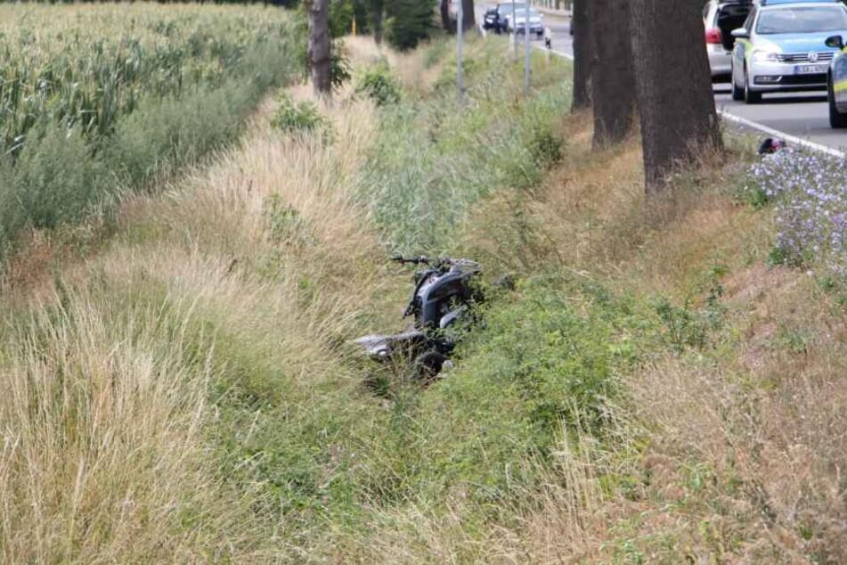 Ein Quadfahrer musste einem bremsenden Pkw ausweichen. Dabei rauschte das Quad in den Straßengraben und überschlug sich. Der Fahrer erlitt schwere Verletzungen.