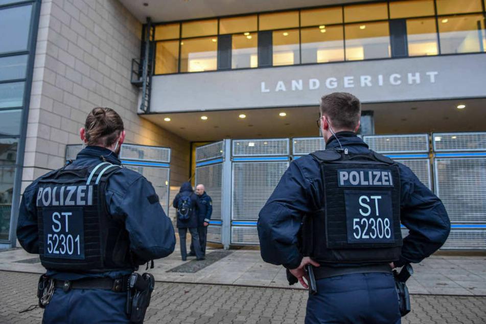 Groß-Aufgebot der Polizei am Freitag: Verschiedene Landgerichte haben in der Nacht Bombendrohungen erhalten.