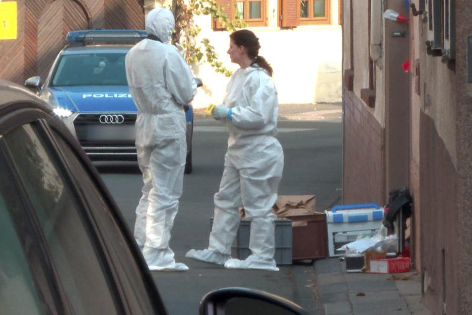 Beamte der Spurensicherung stehen vor dem Tatort in Kirchheim, an dem bei einem Polizeieinsatz zwei Menschen ums Leben gekommen sind.