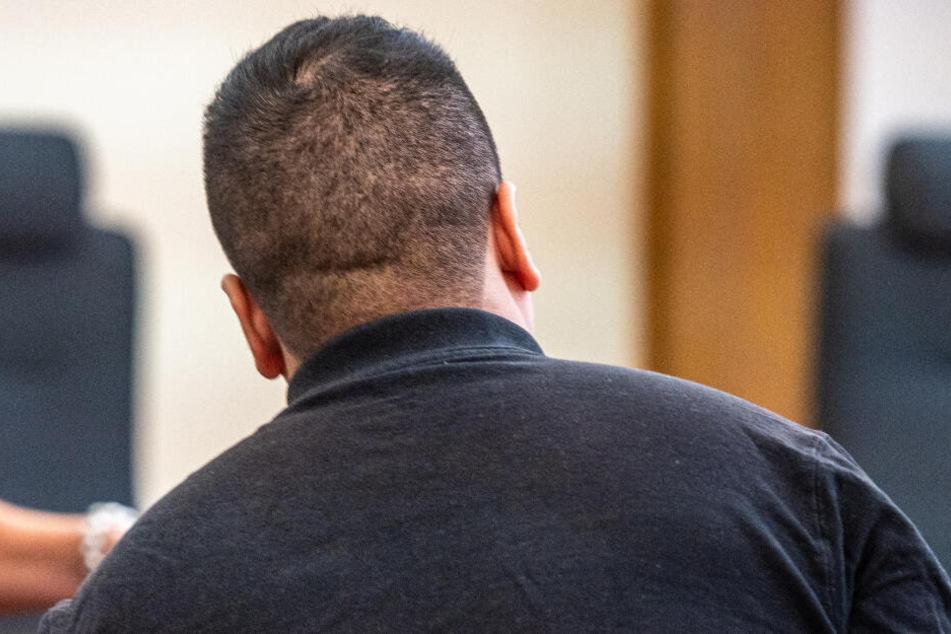 Der Angeklagte sitzt im Verhandlungssaal des Landgerichts.