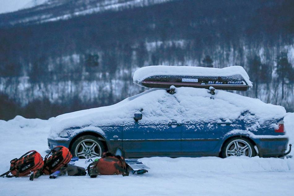 Die Suche nach vier vermissten Skifahrern aus Schweden und Finnland wird wegen schlechten Wetters und zunehmender Lawinengefahr in der Gegend eingestellt.