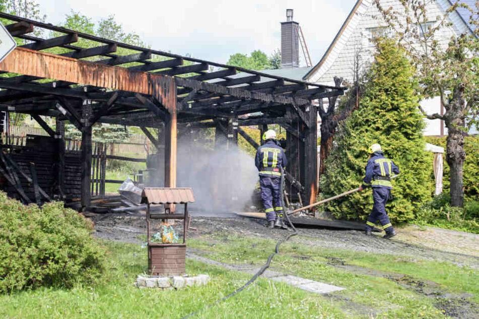 Ein Teil des Carports brannte bei dem Feuer aus.