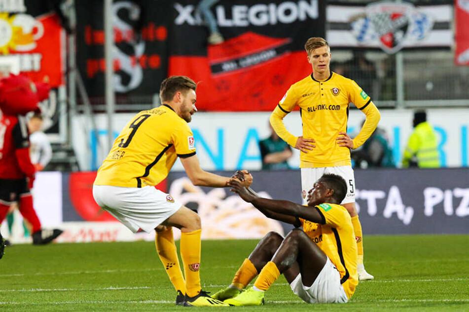 Lukas Röser (l.), Moussa Koné (unten) und Dzenis Burnic nach der Niederlage in Ingolstadt mit versteinerten Mienen.