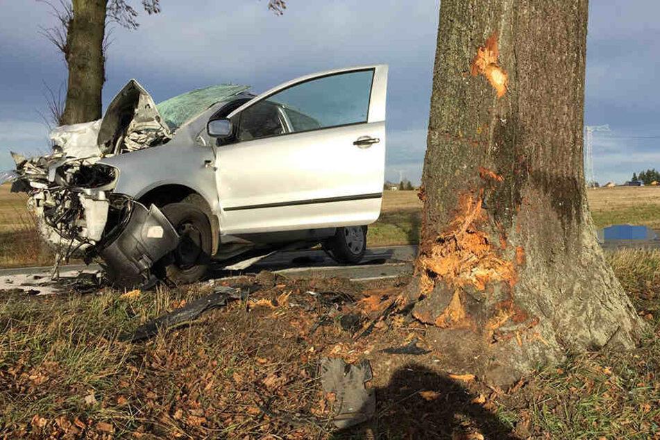 Der VW ist mit voller Wucht gegen den Baum geknallt.