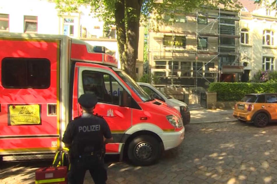 Die Polizei sicherte das Gebäude nach dem Vorfall.