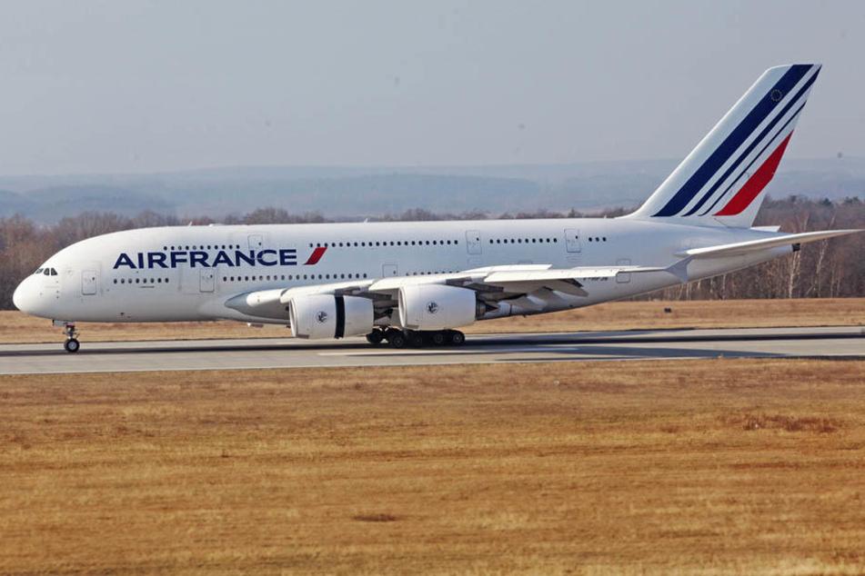 Im Anflug aus Paris: Auch Air France lässt wieder einen A380 in Dresden durchchecken. Kurz nach 15 Uhr rollte der Riesenvogel zu den Hallen der Flugzeugwerke.