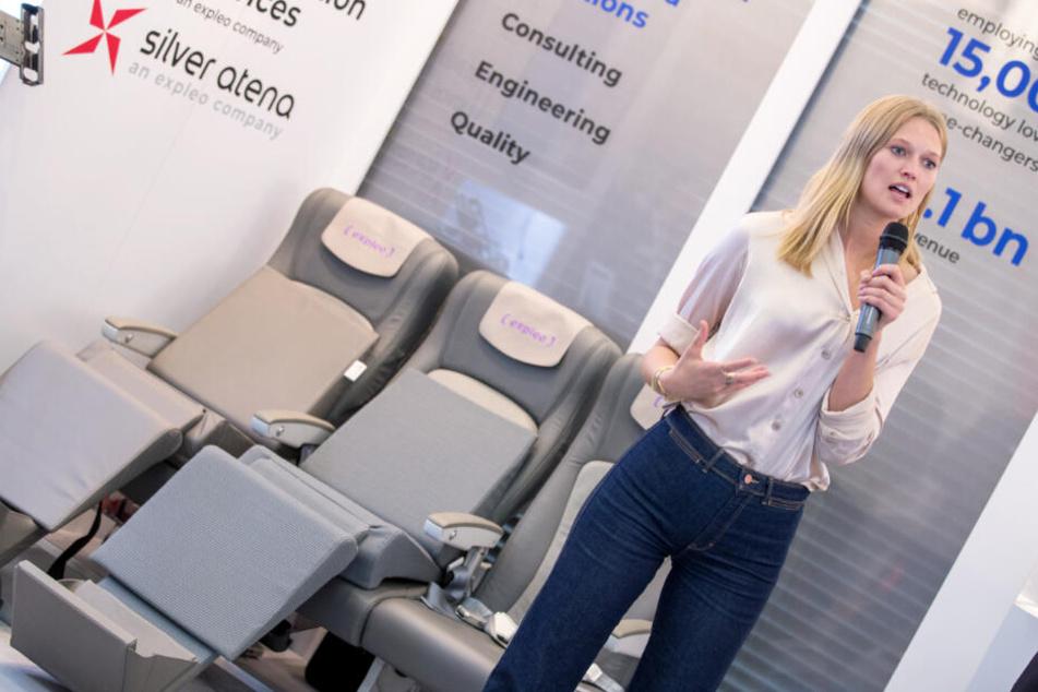 Topmodel Toni Garrn stellt die Funktionsweise eines neuen Kabinenlichts vor, an dessen Entwicklung sie mitgearbeitet hat.